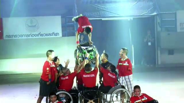 """""""วีลแชร์แดนซ์"""" สุดมันส์ในพิธีปิดการแข่งขันกีฬาคนพิการ"""