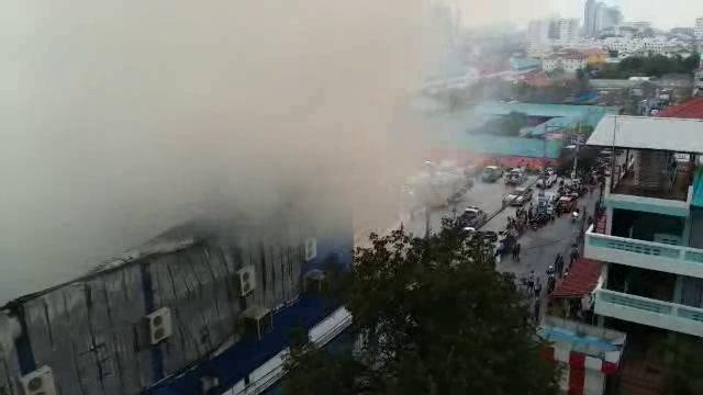 (คลิปภาพมุมสูง) เหตุเพลิงไหม้สนามมวย Max muay thai พัทยากลาง จ.ชลบุรี