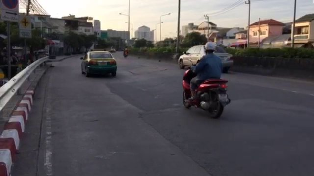 ถนนหลัง ม.รามฯ ลาดเอียงทรุดเป็นรอยร้าวกว่า 200 ม. เกิดอุบัติเหตุบ่อยครั้ง