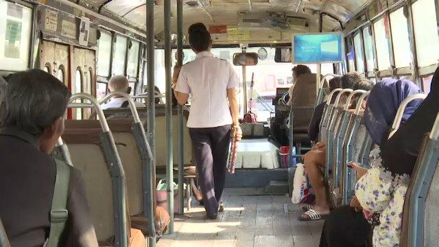 """เปิดใจกระเป๋ารถเมล์ """"กังวล"""" หลังจะถูกปลดเพราะระบบตั๋วอิเล็กทรอนิกส์"""