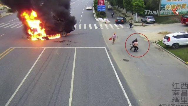 มอเตอร์ไซต์พุ่งชนรถบรรทุกในจีนไฟลุกไหม้ คาดเบรกไม่ทัน