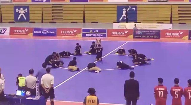 ทีมฟุตซอลชายทีมชาติไทยก้มลงกราบสนามแสดงความอาลัยในหลวง รัชกาลที่ 9