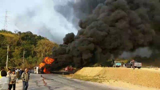 รถบรรทุกน้ำมันพลิกคว่ำ อ.ร้องกวาง จ.แพร่ เพลิงลุกไหม้ ห้ามรถผ่าน 2 ชั่วโมง