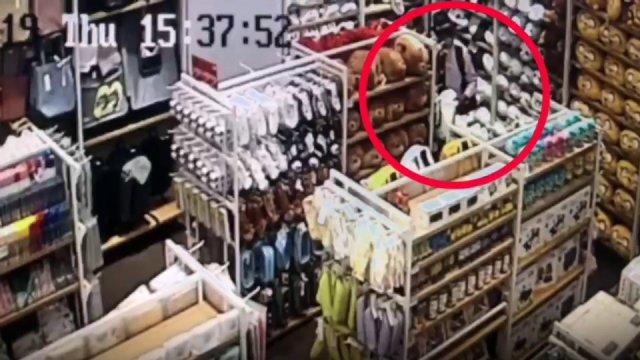 กล้องวงจรปิดของร้าน MINISO บันทึกภาพชายต้องสงสัย