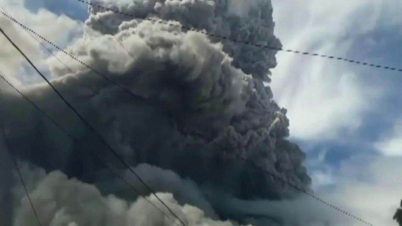 """ข่าวค่ำ มิติใหม่ทั่วไทย - อินโดฯ เตือนเฝ้าระวังลาวาภูเขาไฟ """"ซินาบุง"""""""